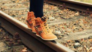 jak wyprać zamszowe buty