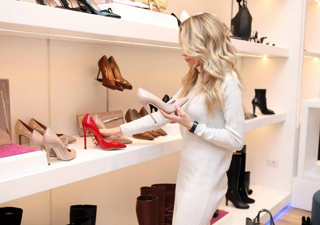 jaki kolor butów do granatowej sukienki